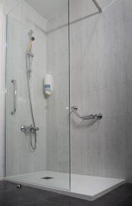 duchas-adaptadas-hotel-ancora